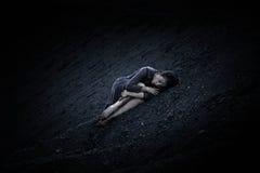 Härlig ledsen flicka på en kulle av kol Arkivbilder