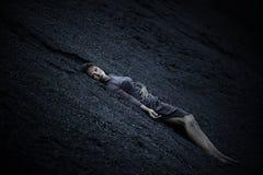 Härlig ledsen flicka på en kulle av kol Royaltyfri Foto