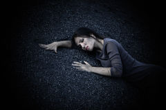 Härlig ledsen flicka på en kulle av kol Arkivfoto