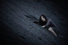 Härlig ledsen flicka på en kulle av kol Arkivfoton