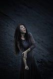 Härlig ledsen flicka på en kulle av kol Royaltyfria Bilder