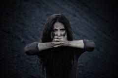 Härlig ledsen flicka på en kulle av kol Royaltyfri Fotografi