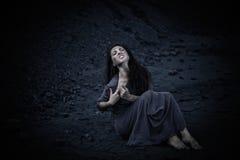 Härlig ledsen flicka på en kulle av kol Fotografering för Bildbyråer