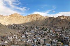 Härlig Leh stad i den Himalayan dalen, HDR Arkivfoto