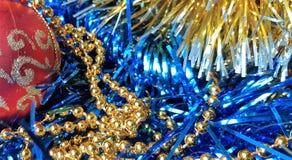 Härlig leksaker och julpynt för nytt år s Röda nytt års sfärer på ett mörkt - blå bakgrund royaltyfri foto