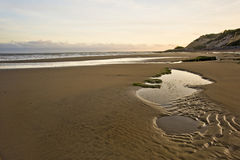 härlig liggande för strand över sandig soluppgång Royaltyfri Fotografi