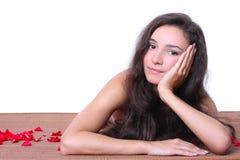 härlig liggande matt brunnsortkvinna Royaltyfria Foton
