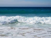 Härlig liggande med waves som bryter på kust royaltyfri foto