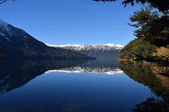 härlig liggande Sjöar och berg Royaltyfri Fotografi