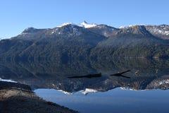 härlig liggande Sjöar och berg Fotografering för Bildbyråer