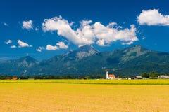 härlig liggandepanorama Blå himmel med moln, Slovenien Royaltyfri Bild