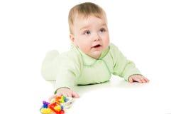 Härlig lite unge som spelar med leksaker arkivbilder