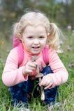 Härlig liten flicka fann champinjoner royaltyfri bild