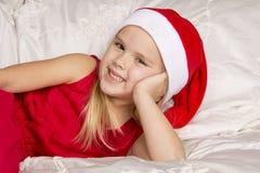 Härlig liten flicka i det santa locket Arkivfoto