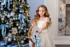 Härlig liten flicka i en fantastisk klänning royaltyfri foto