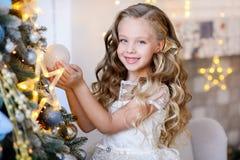 Härlig liten flicka i en fantastisk klänning arkivbilder