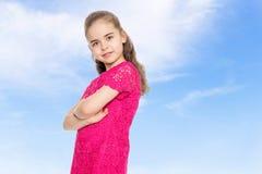 Härlig liten flicka i en röd klänning Arkivbild