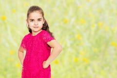 Härlig liten flicka i en röd klänning Arkivfoto
