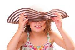 Härlig liten flicka i en stor hatt Royaltyfria Bilder