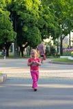 Härlig liten flicka i parkera Royaltyfri Foto