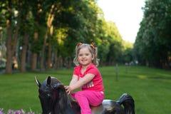 Härlig liten flicka i parkera Fotografering för Bildbyråer