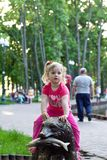 Härlig liten flicka i parkera Royaltyfria Bilder