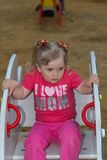 Härlig liten flicka i parkera Arkivbild