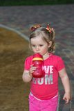 Härlig liten flicka i parkera Royaltyfri Bild