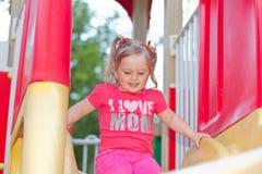 Härlig liten flicka i parkera Royaltyfri Fotografi