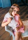 Härlig liten flicka i tappningstil fotografering för bildbyråer