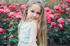 Härlig liten flicka i trädgården Arkivfoto