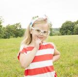 Härlig liten flicka med att le för exponeringsglas Arkivbilder