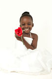 Härlig liten flicka med den röda rosen Arkivbild