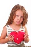 Härlig liten flicka med en gåva för St.-valentin dag Arkivbilder