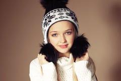 Härlig liten flicka med långt blont hår i slags tvåsittssoffa stucken kläder Royaltyfria Foton