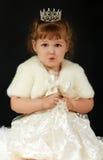 Härlig liten flicka med prinsessakronan Arkivfoto