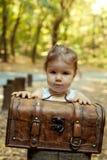 Härlig liten flicka med resväskan royaltyfri foto