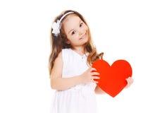 Härlig liten flicka med stor röd hjärta Arkivbild