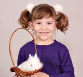 Liten flicka och dvärg- kaninhusdjur för vit royaltyfri foto