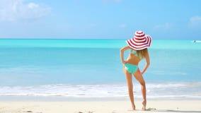 Härlig liten flicka på stranden som har gyckel Den roliga flickan tycker om sommarsemester lager videofilmer