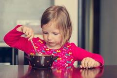Härlig liten flicka som äter soppa Royaltyfria Foton
