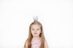 Härlig liten flicka som bär den felika dräkten med kronan Royaltyfri Foto