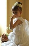 Härlig liten flicka som luktar blomman royaltyfri foto