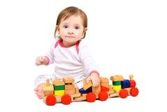 Härlig liten flicka som spelar med trädrevet arkivfoto