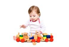 Härlig liten flicka som spelar trädrevet royaltyfria foton