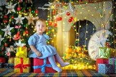 Härlig liten flicka som väntar på en ferie Royaltyfria Foton