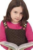 Härlig liten flickaläsning en boka Arkivfoto