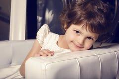 Härlig liten gullig flicka i elegant klänning royaltyfri bild