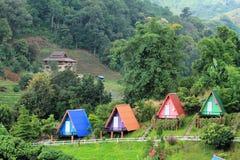 Härlig liten semesterort som placeras på en kulle Arkivfoton