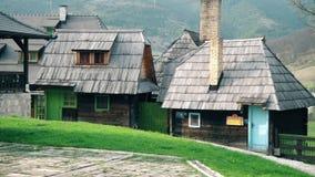 Härlig liten stuga i byn stock video